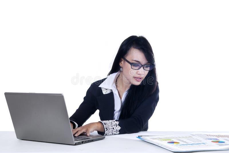 Joli fonctionnement de femme d'affaires image libre de droits
