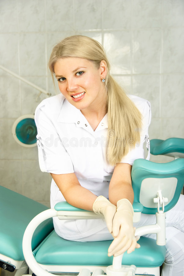 Joli gynécologue dans le bureau image stock