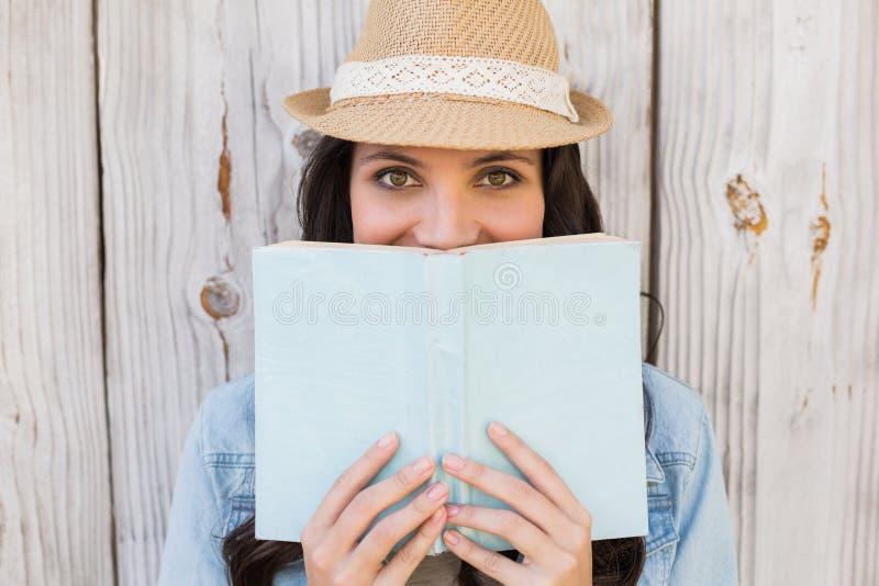 Joli hippie lisant un livre photographie stock libre de droits