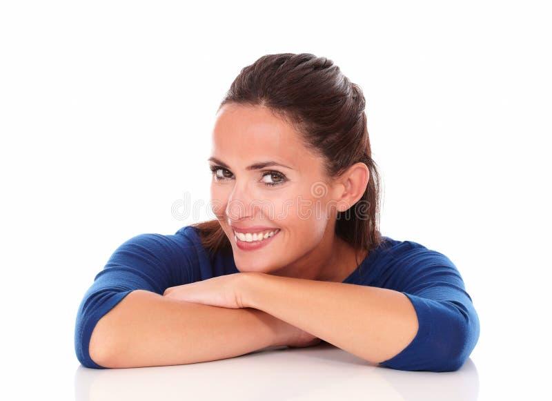 Joli hispanique vous regardant avec des bras croisés image stock