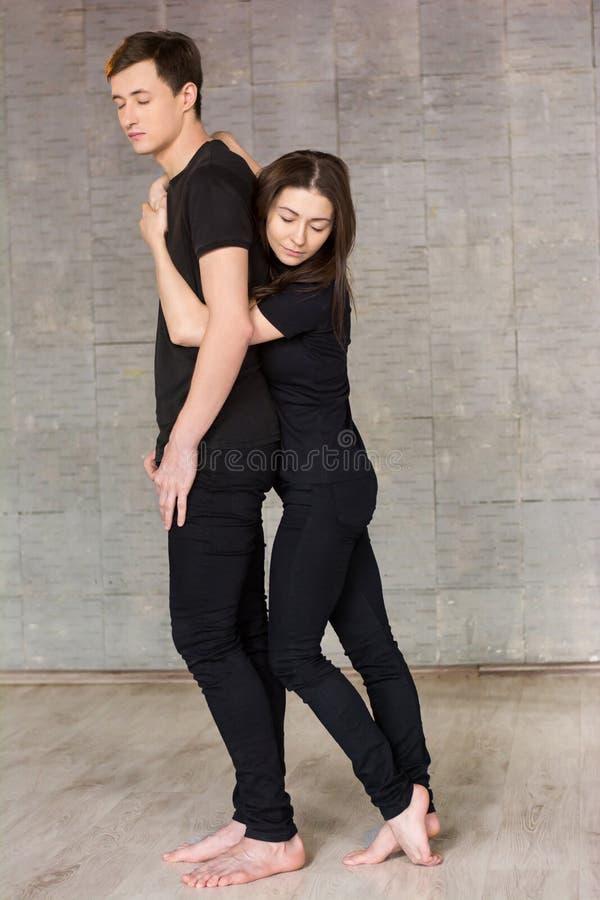Joli jeune danseur étreignant son associé photos libres de droits