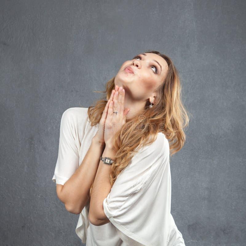 Joli modèle avec les mains de prière images stock