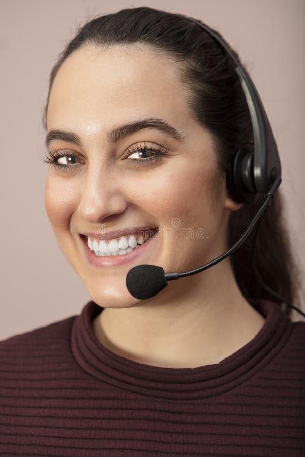 Joli opérateur de centre d'appels avec un sourire de lancement photos stock