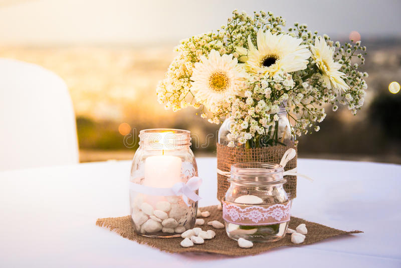 Joli ornement décoré de table de bougie avec la lumière lumineuse images stock