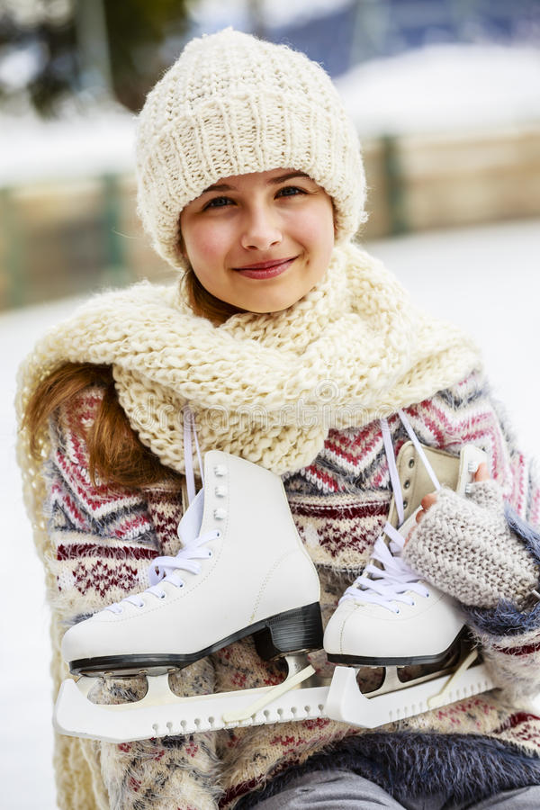 Joli patinage de glace d'adolescente photographie stock