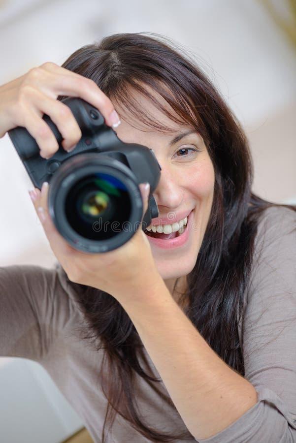 Joli photographe de proffessional de femme avec l'appareil-photo de dslr photo libre de droits