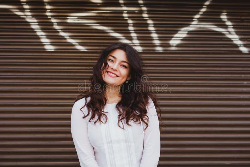 Joli plus la femme de taille souriant avec le sourire parfait photographie stock