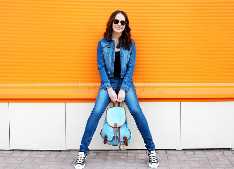 Joli port élégant de jeune femme lunettes de soleil et jeans images libres de droits