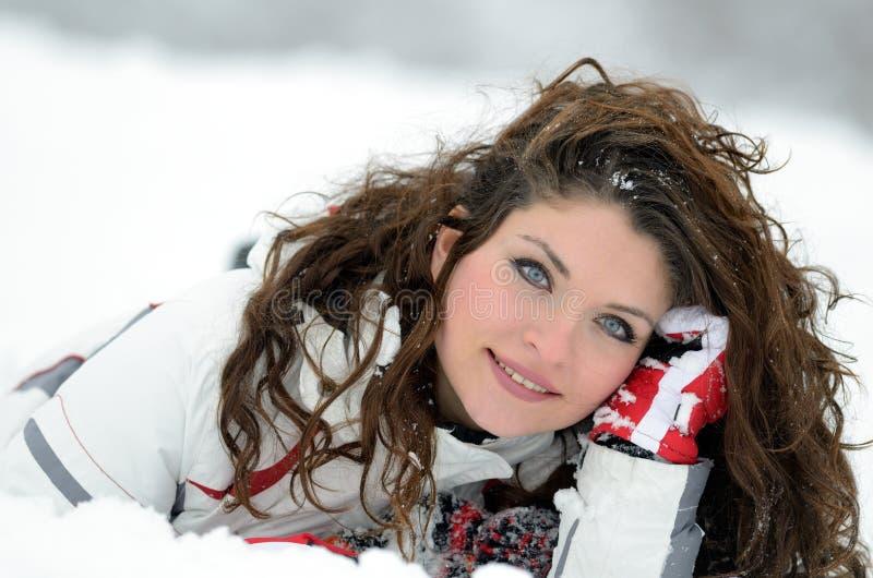 Download Joli Portrait De Femme Extérieur En Hiver Image stock - Image du capuchon, actif: 56477117