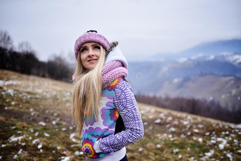 Download Joli Portrait De Femme Extérieur En Hiver Image stock - Image du silencieux, caucasien: 56479337