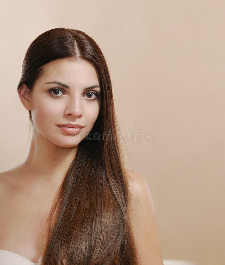 Joli portrait de jeune femme avec de longs cheveux regardant l'appareil-photo photos stock