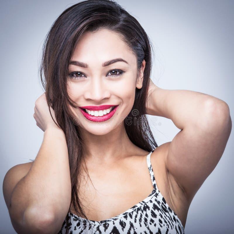 Joli portrait de sourire de studio de beauté image stock
