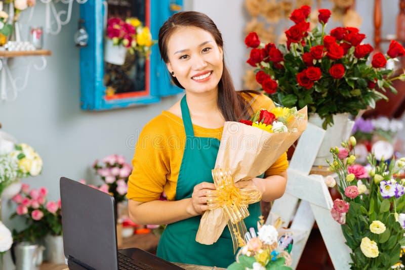Joli propriétaire de fleuriste images stock