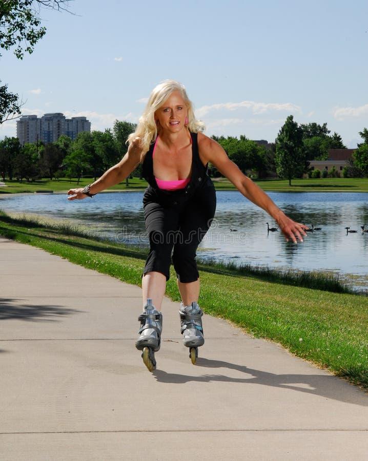 Joli rollerskating de femme photos stock
