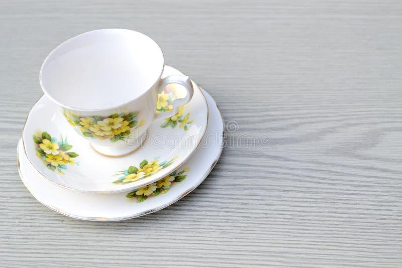 joli service à thé de trio de porcelaine de cru sur une table image stock