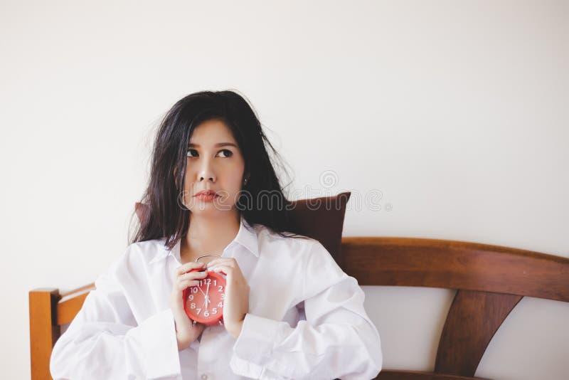 Joli sommeil asiatique de can't de fille la nuit jusqu'au début de la matinée La femme magnifique de l'Asie devient malheureuse photos stock