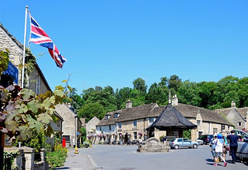 Joli village de Cotswold, château Combe photographie stock