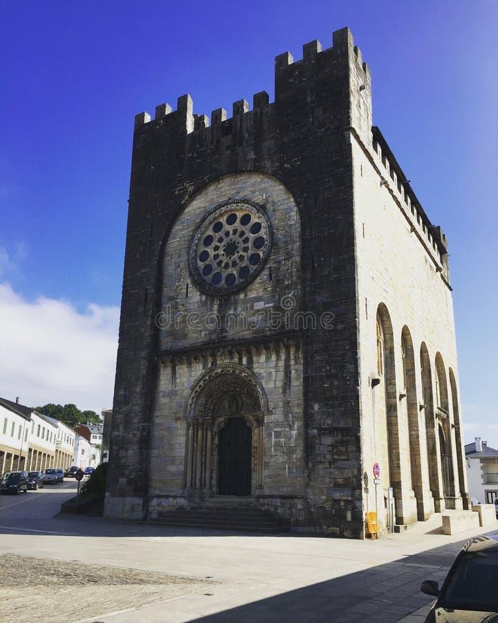 Jolie église dans une petite ville de l'Espagne, tout en marchant cependant la traînée espagnole Pueblo de España de l'ONU d'en  photos libres de droits