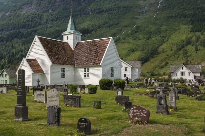 Jolie église de bois de construction en Norvège vieille image stock