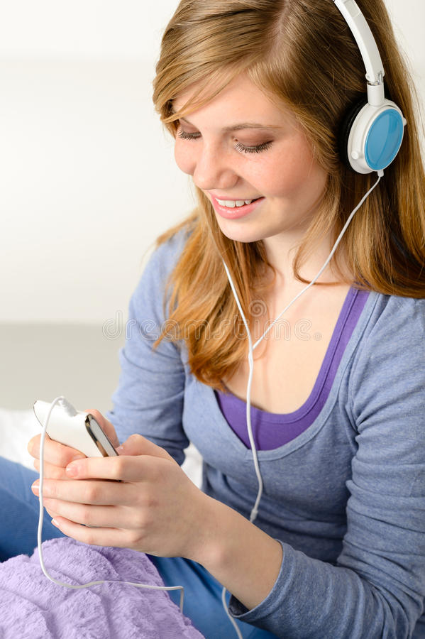 Jolie adolescente écoutant la musique image stock