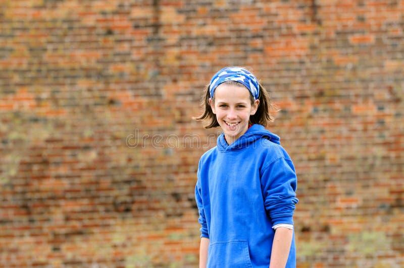 Jolie adolescente contre le mur de briques photographie stock