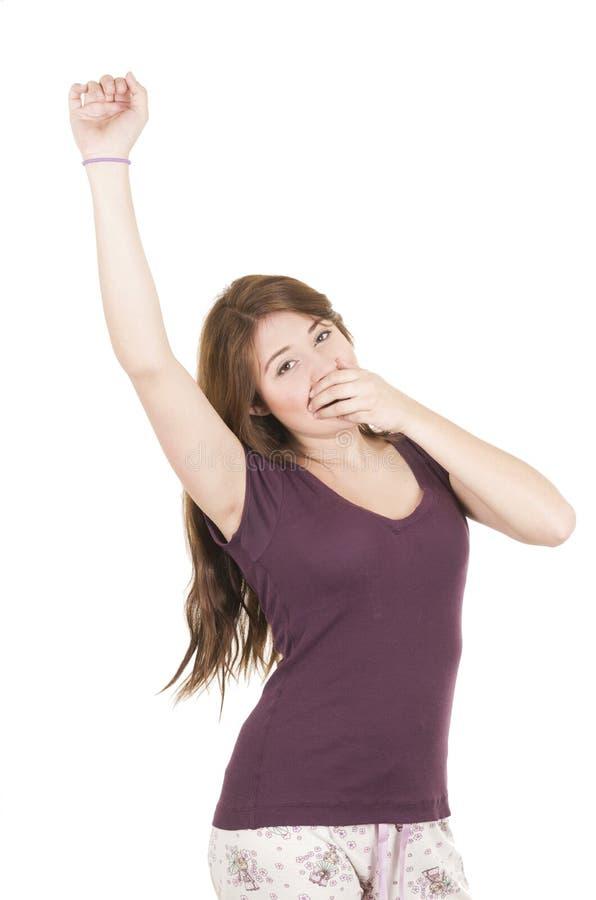 Jolie adolescente de brune dans des pyjamas de pyjamas photographie stock