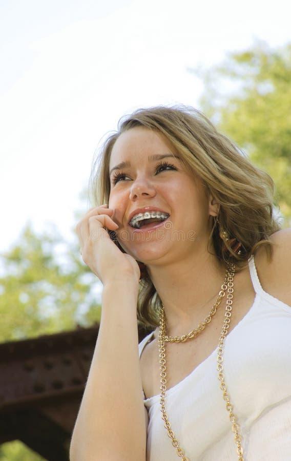 Jolie adolescente parlant sur le téléphone portable photos stock