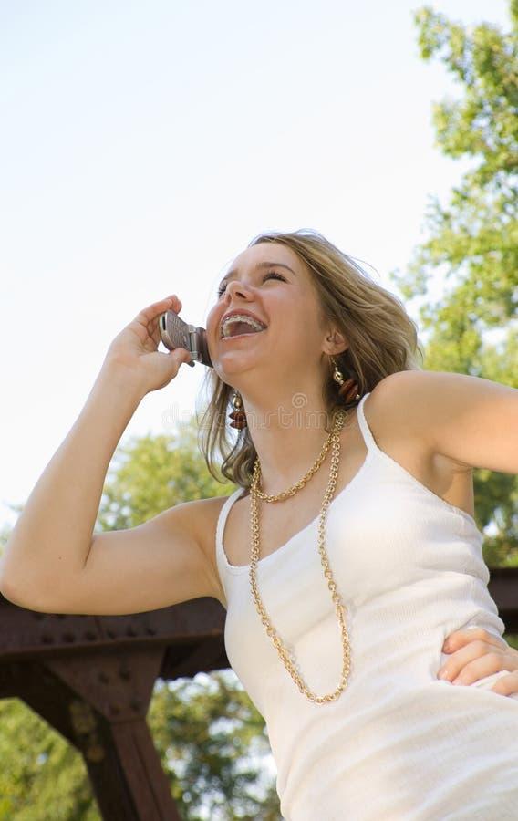 Jolie adolescente parlant sur le téléphone portable photo libre de droits
