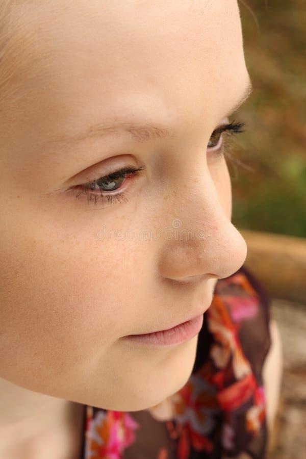 Jolie adolescente pensant à l'extérieur photographie stock libre de droits