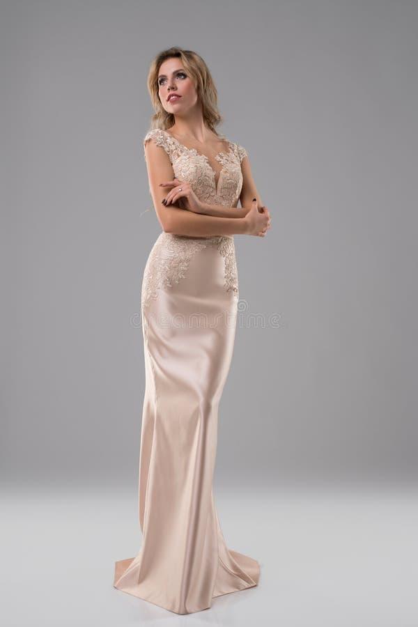 Jolie blonde dans le tir luxueux de robe égalisante photos libres de droits