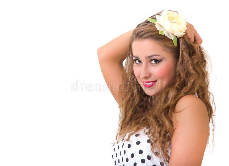 Jolie broche vers le haut de fille avec la fleur dans le cheveu images libres de droits