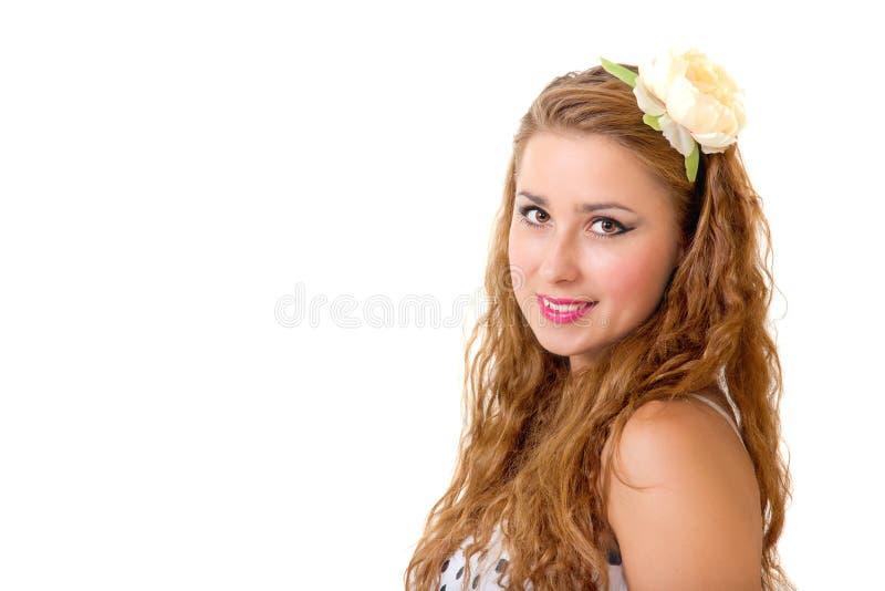 Jolie broche vers le haut de fille avec la fleur dans son long cheveu bouclé photos libres de droits
