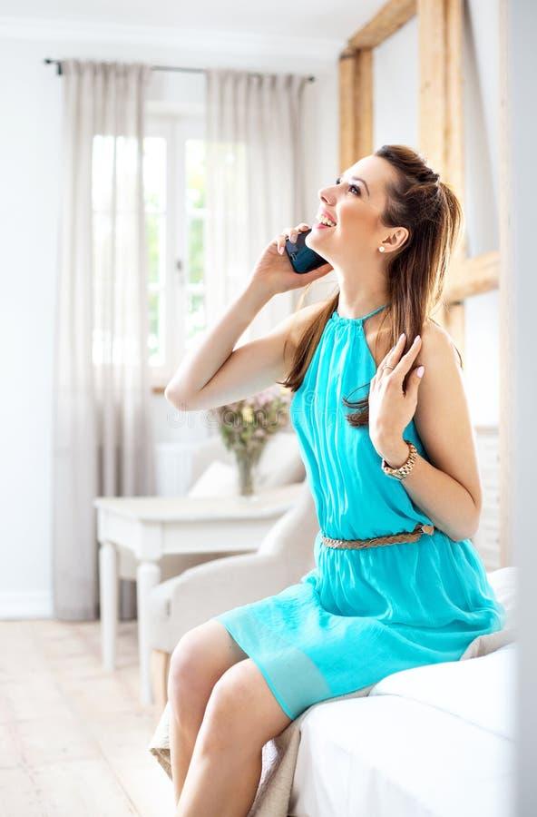 Jolie brune parlant au téléphone images stock