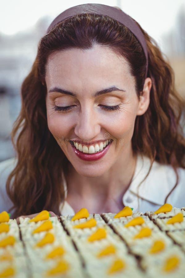 Download Jolie Brune Regardant Des Pâtisseries Photo stock - Image du boulangerie, brunette: 56486966