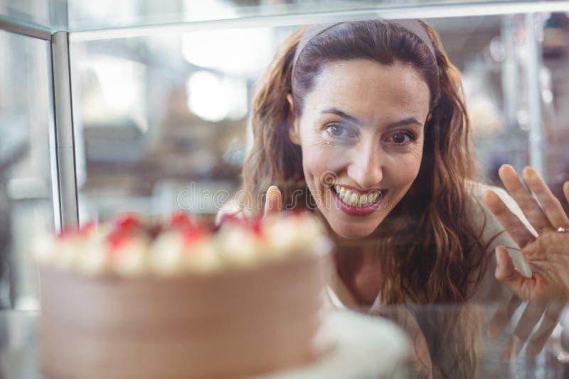 Download Jolie Brune Regardant Le Gâteau De Chocolat Par Le Verre Image stock - Image du chocolat, beau: 56486045