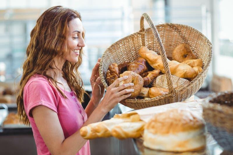 Download Jolie Brune Sélectionnant Le Croissant Image stock - Image du vêtement, sourire: 56486847