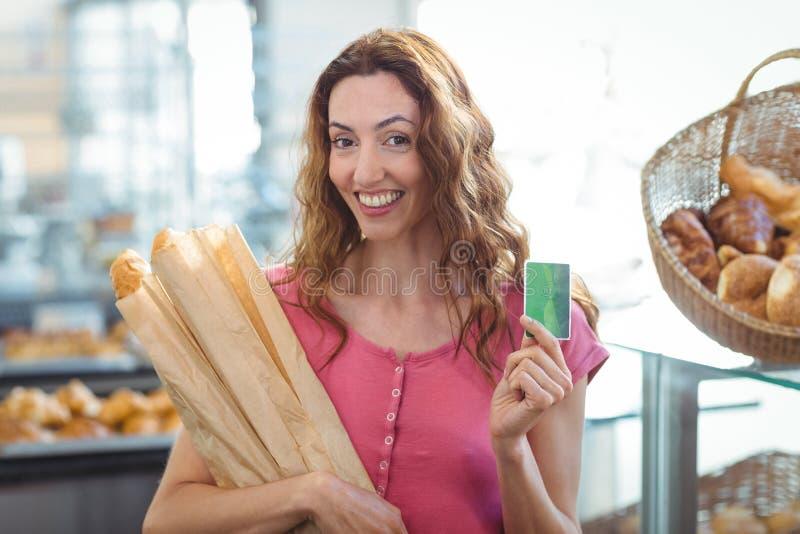 Download Jolie Brune Tenant La Carte De Crédit Et Les Baguettes Image stock - Image du heureux, carte: 56486837