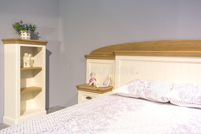 Jolie chambre à coucher dans le style de la Provence images libres de droits