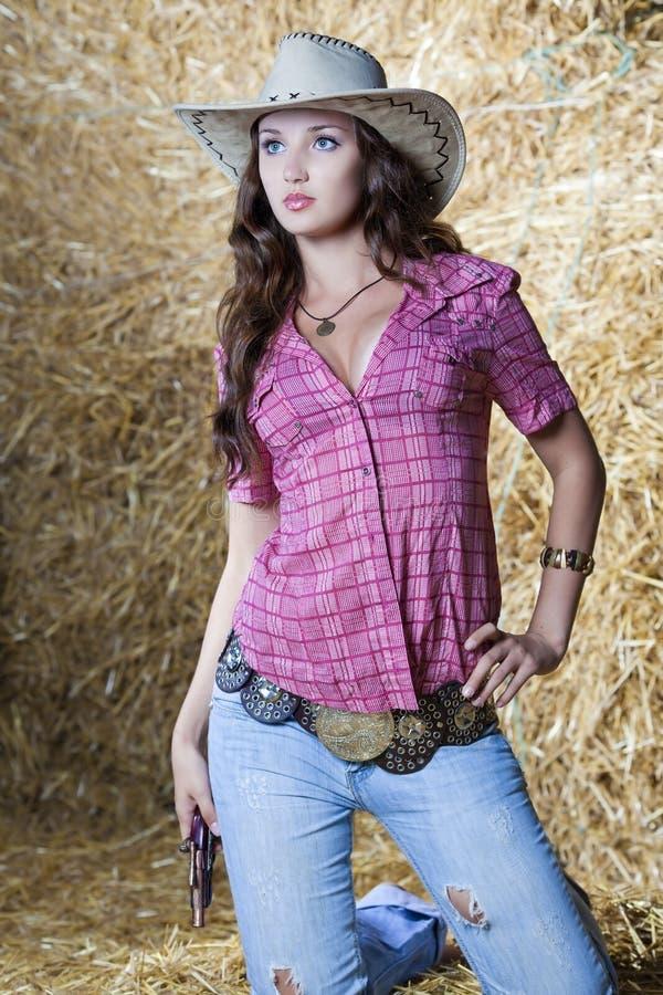 Jolie cow-girl de pays en foin photos stock