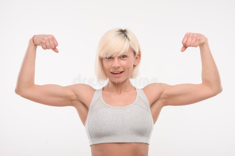 Jolie dame de forme physique souriant sur l'appareil-photo photo libre de droits
