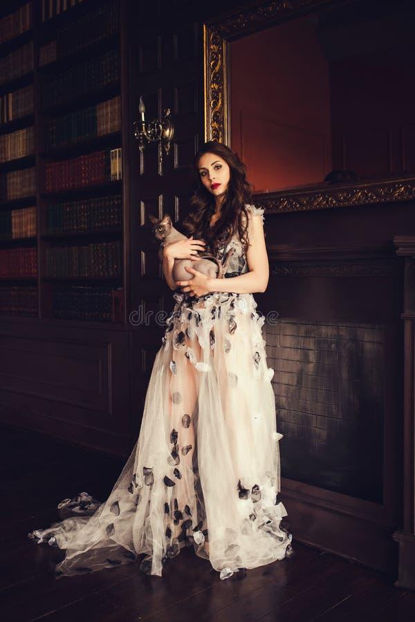 Jolie dame sur le studio photographie stock