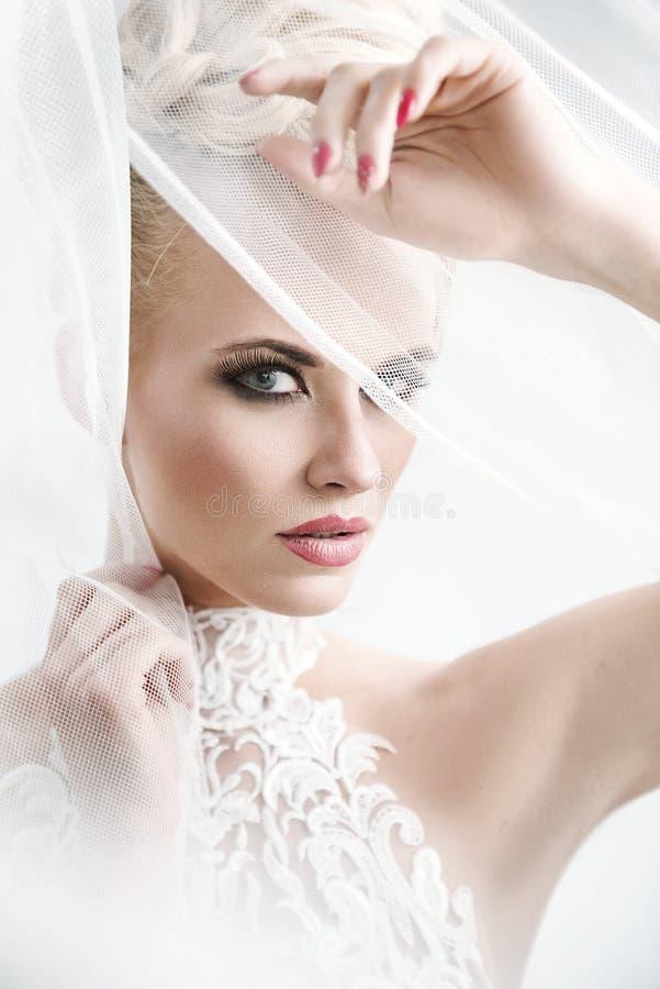 Jolie dame utilisant une robe blanche fabuleuse image libre de droits