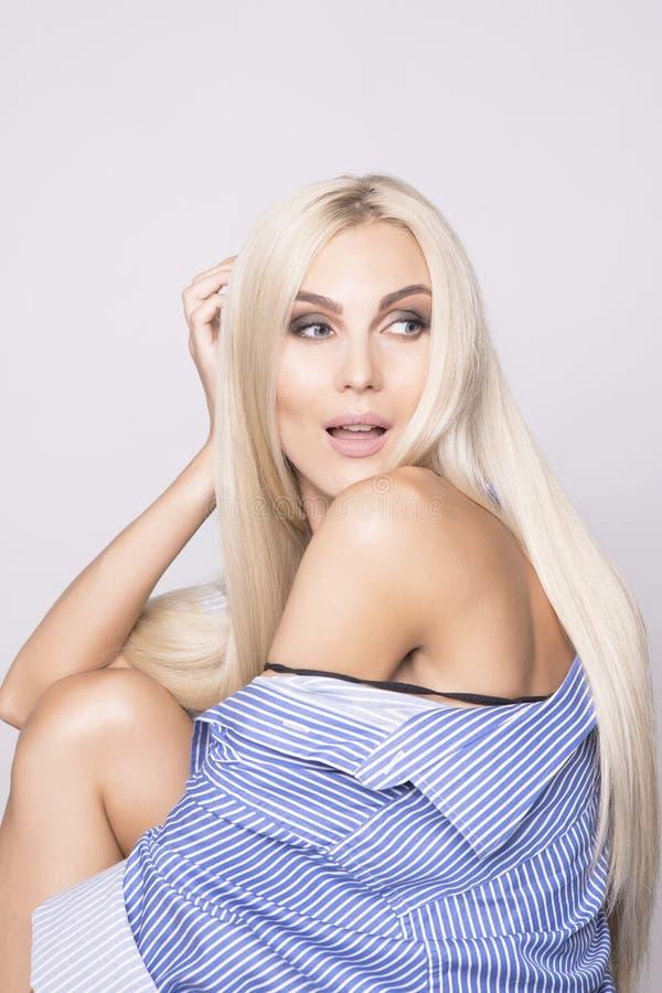 Jolie femme étonnée de blonde de platine photographie stock libre de droits