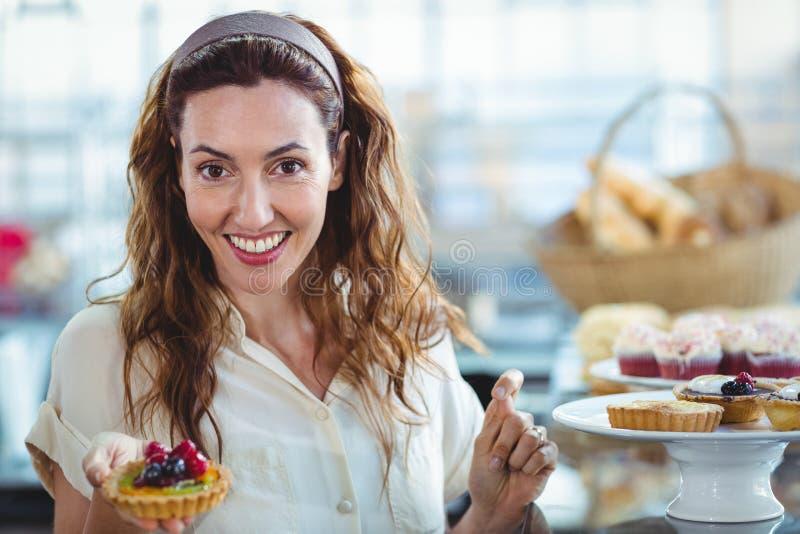 Download Jolie Femme étonnée Regardant L'appareil-photo Image stock - Image du gâteau, passionnant: 56487009