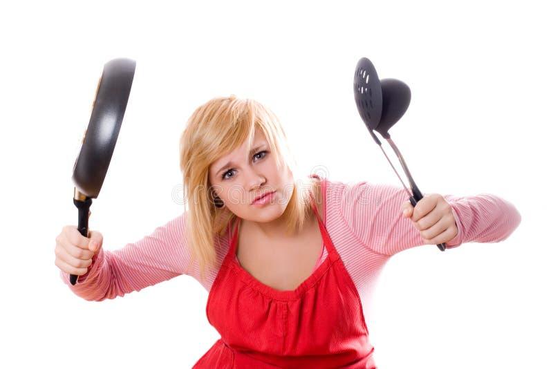 Jolie femme au foyer avec l'ustensile et le carter de cuisine photo stock