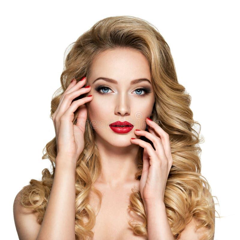 Jolie femme avec de longs cheveux et ongles rouges photo libre de droits