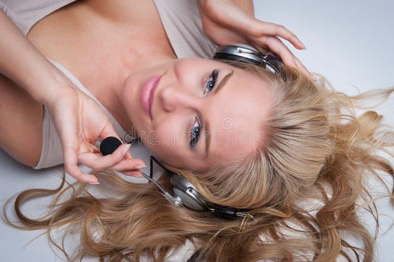 Jolie femme avec des écouteurs. image libre de droits