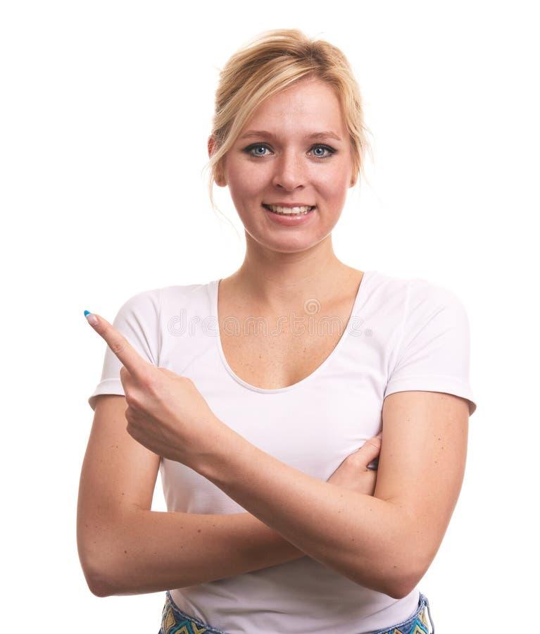 Jolie femme avec des taches de rousseur dirigeant son doigt image libre de droits