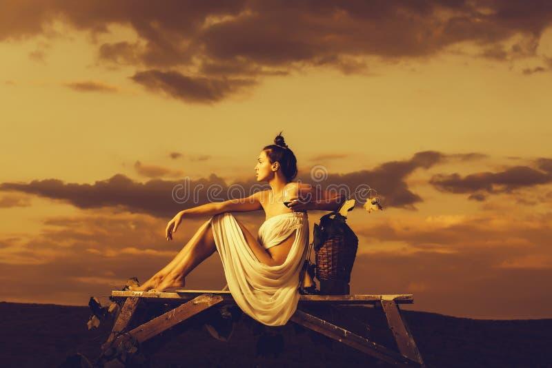 Jolie femme avec du vin au-dessus du ciel photo libre de droits