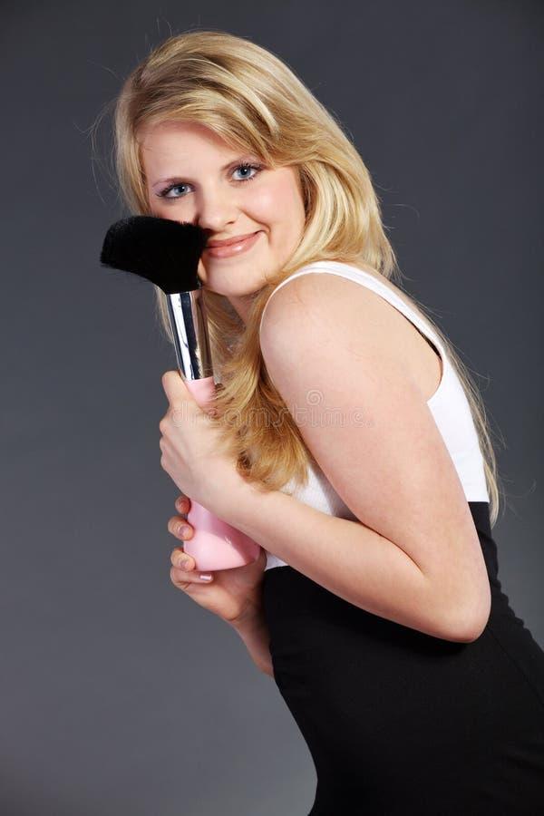 Jolie femme avec la grande brosse de fard à joues photos libres de droits